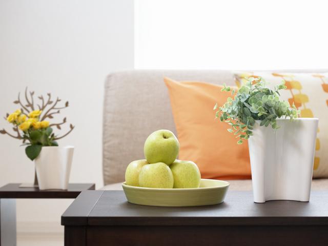 机の上にある果物と観葉植物