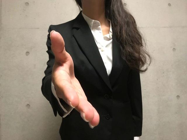握手しようとする女性