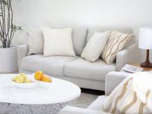 クッション付きソファと丸い台の上の果物