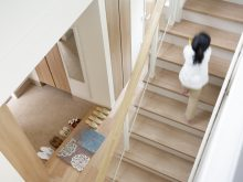 階段を登る人