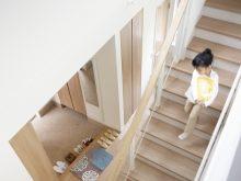 階段を下りる子供