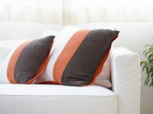 ソファと2つの枕