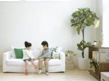 ソファに座る2人の子供