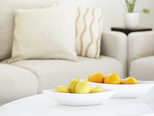 ソファと机の上に置かれた果物
