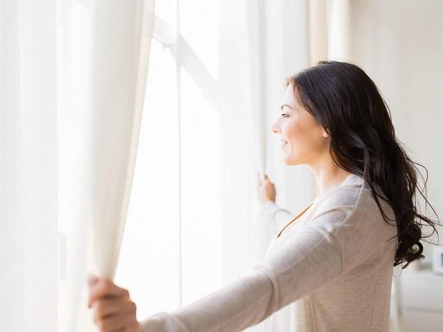 窓の外をみる人